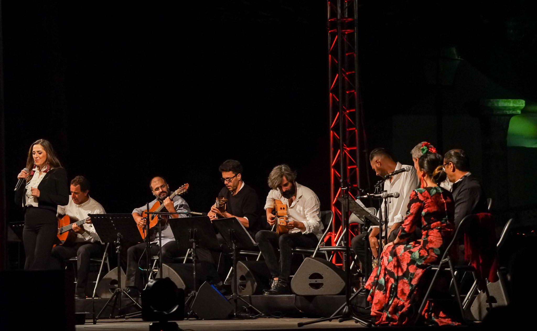 Ana Sofia Varela a cantar acompanhada em palco por vários músicos e por bailarinos de flamenco