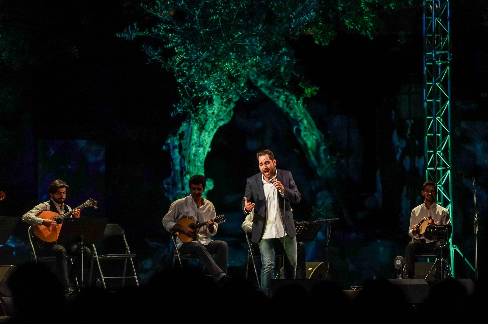 Marco Rodrigues a cantar acompanhado por quatro músicos