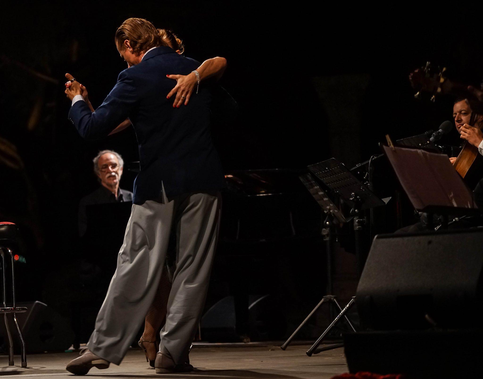 Um homem e uma mulher dançar o Tango em palco
