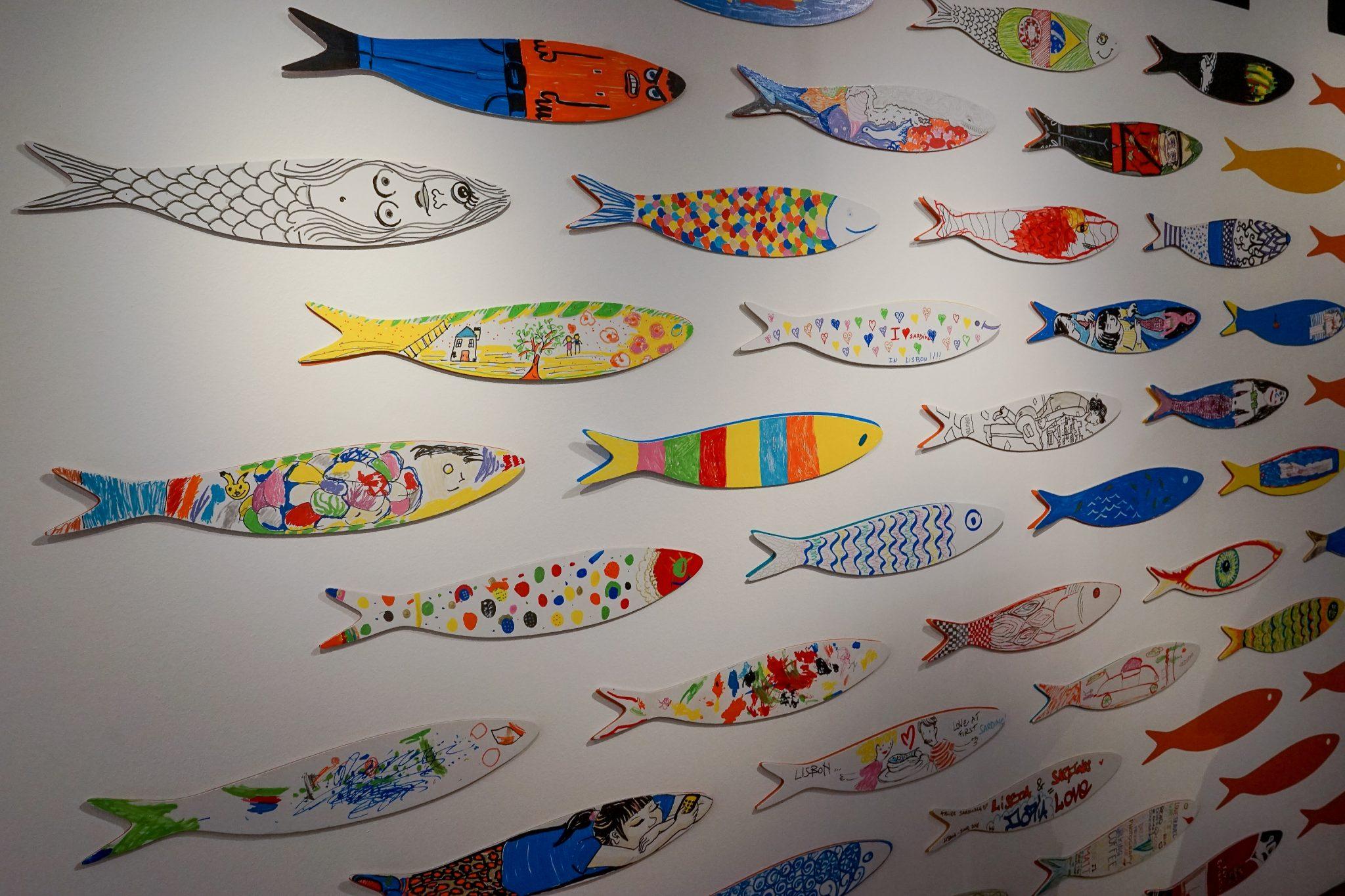 Uma parede com várias sardinhas desenhadas