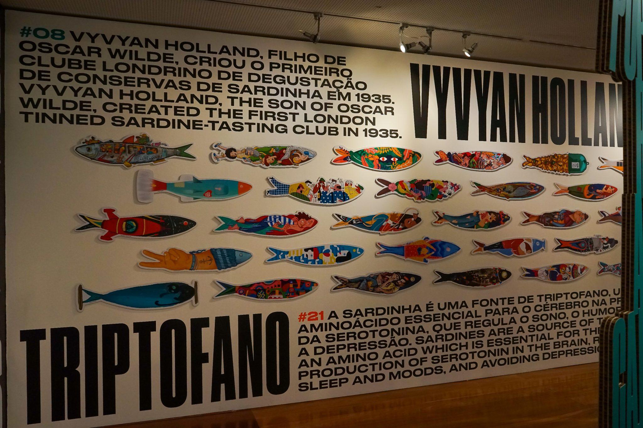 Painel informativo com sardinhas coladas e textos sobre sardinhas