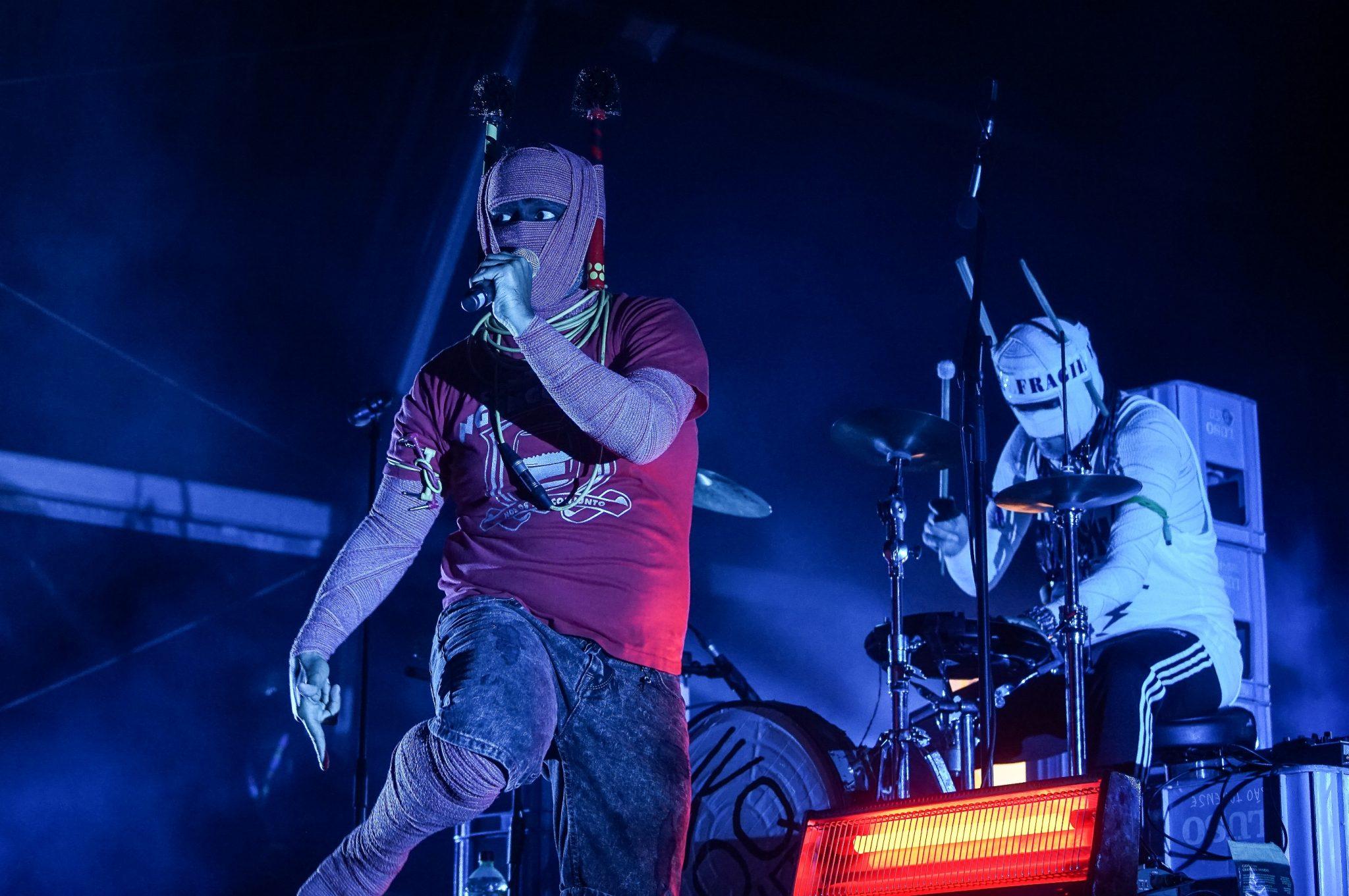 Luaty Beirão, com a cara coberta de ligaduras e microfone na mão