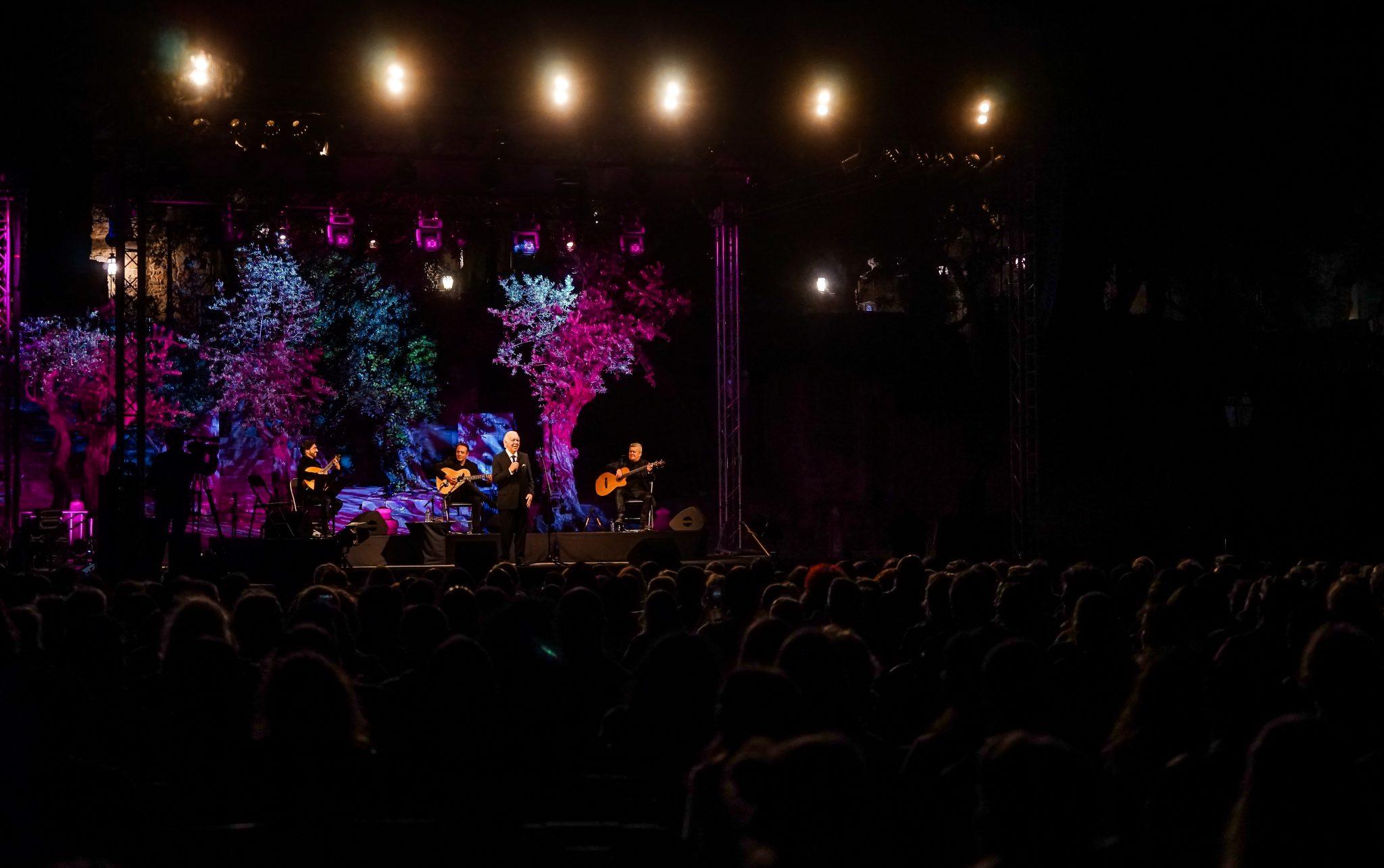 Vista geral do palco, com o fadista Carlos do Carmos em pé, e da plateia a assistir ao concerto