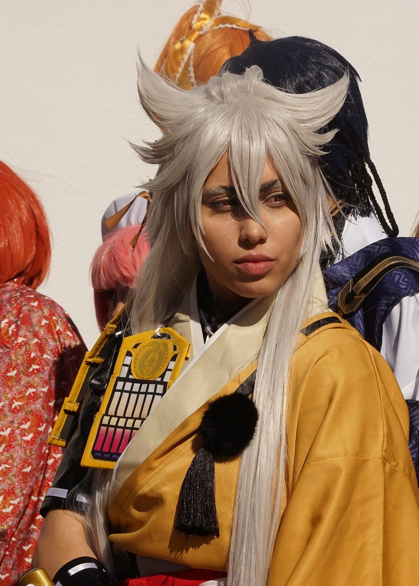 Mulher praticante de cosplay com uma peruca branca.
