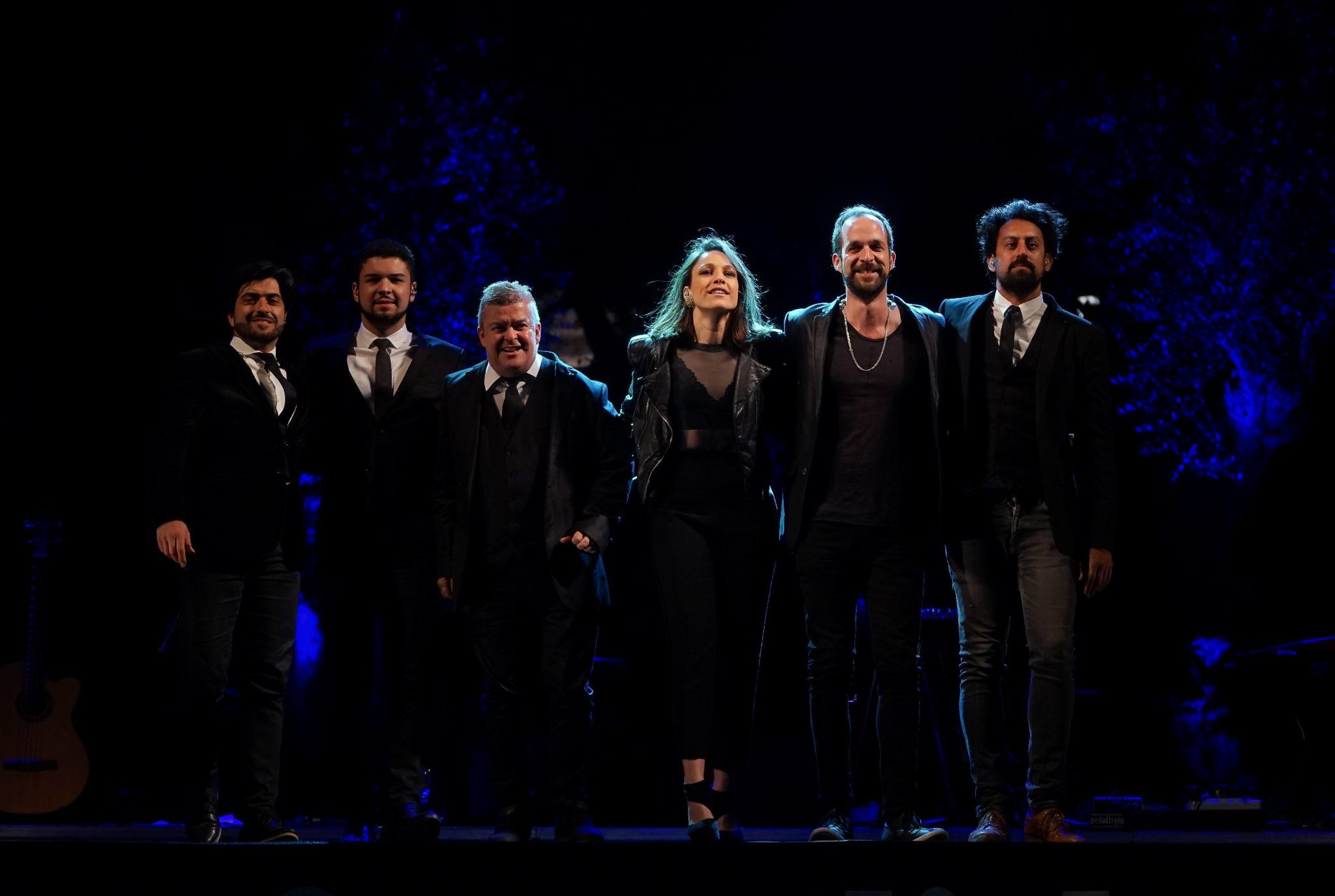 Carminho e os músicos abraçados a agradecer os aplausos no final do concerto