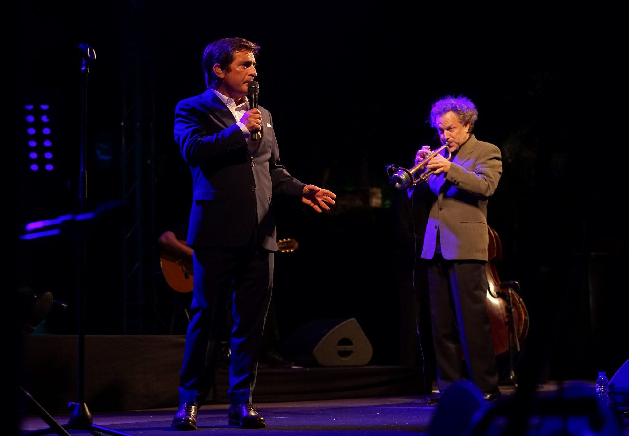 Camané, em primeiro plano de microfone na mão, e o trompetista Laurent Filipe atrás à direita