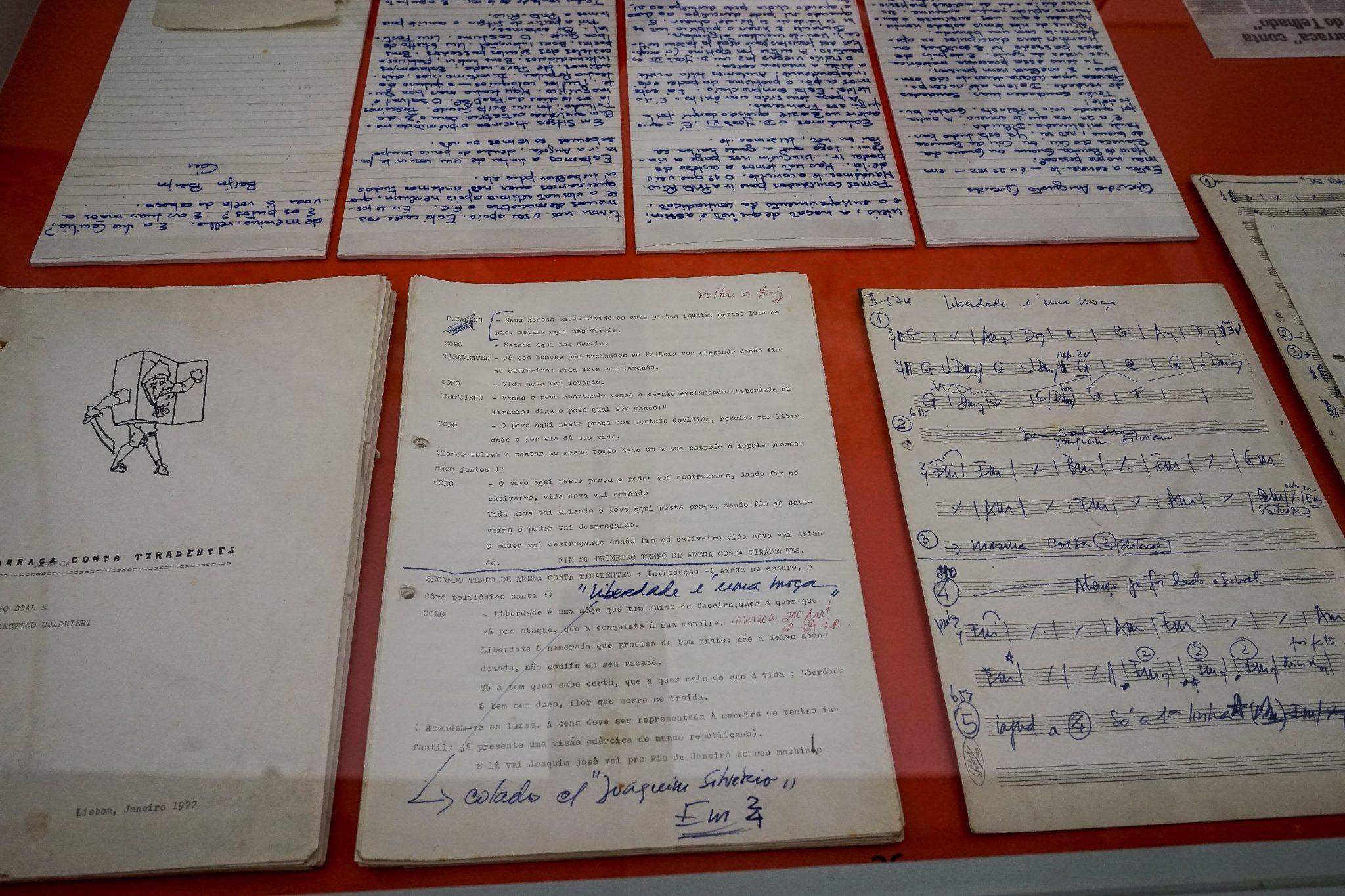 Pormenor de algumas cartas abertas, manuscritas, da exposição