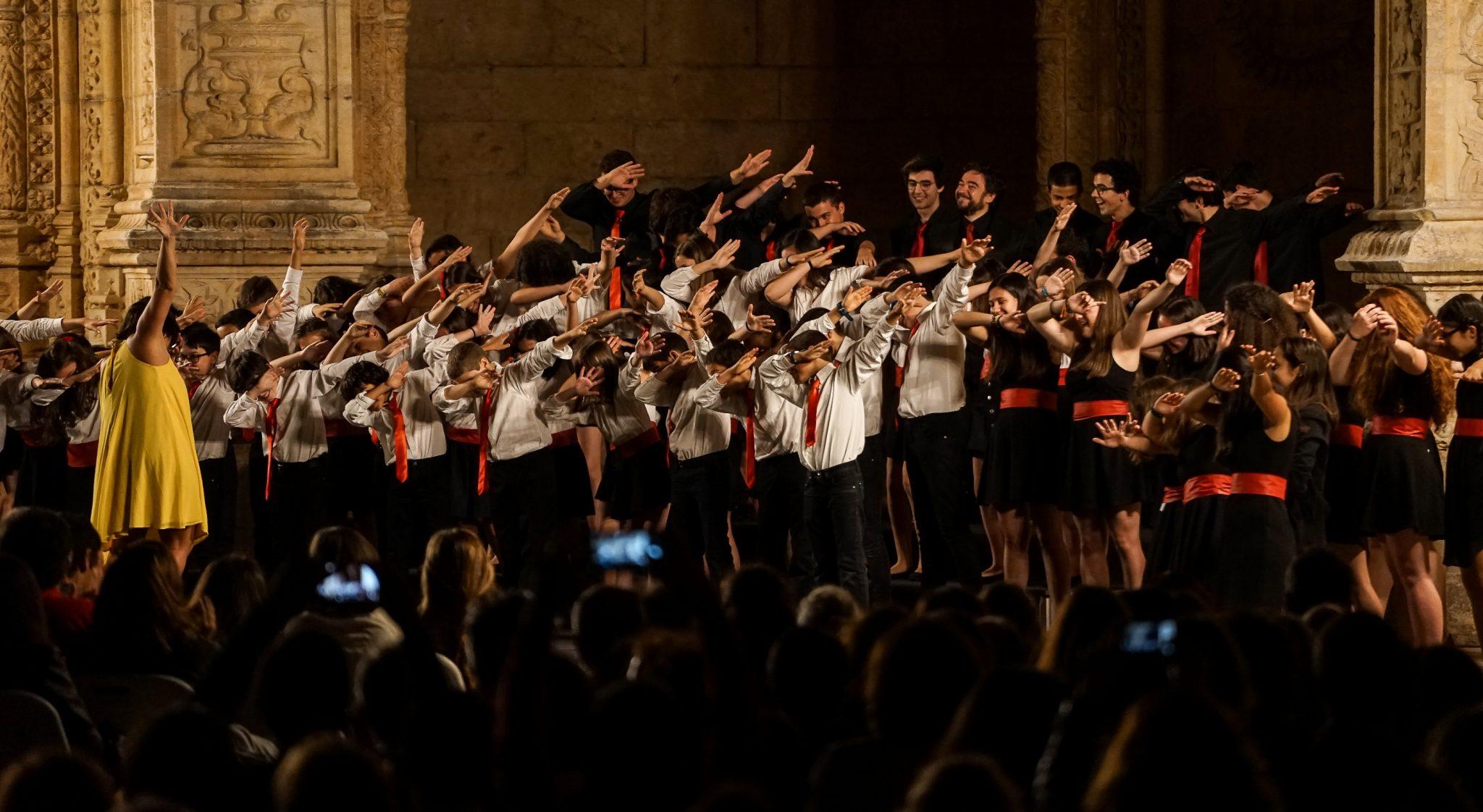 Crianças e jovens fazem o movimento conhecido como dab no final da sua atuação no Claustro do Mosteiro dos Jerónimos à noite