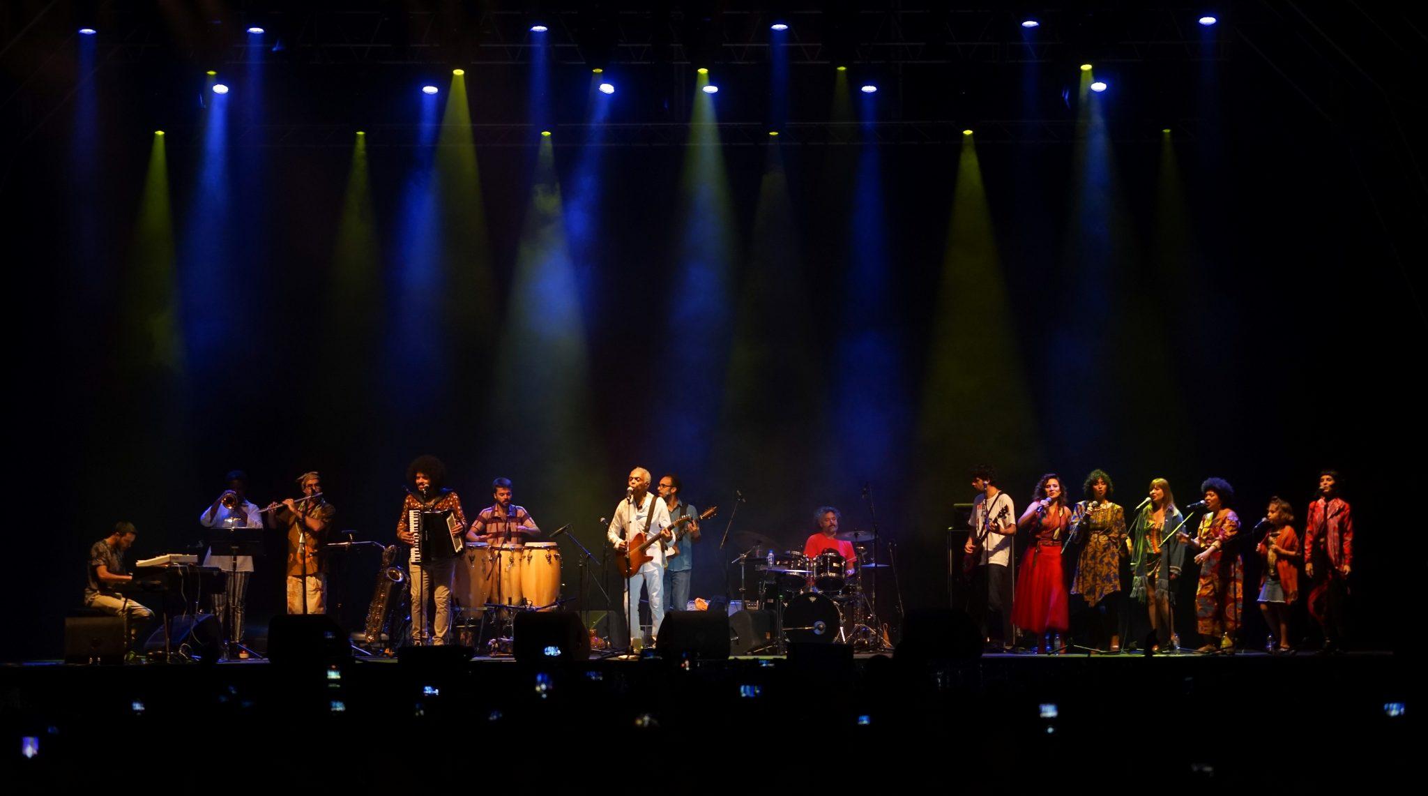 Vista geral do palco no concerto Revafela 40 com o músico Gilberto Gil ao centro, vestido de branco