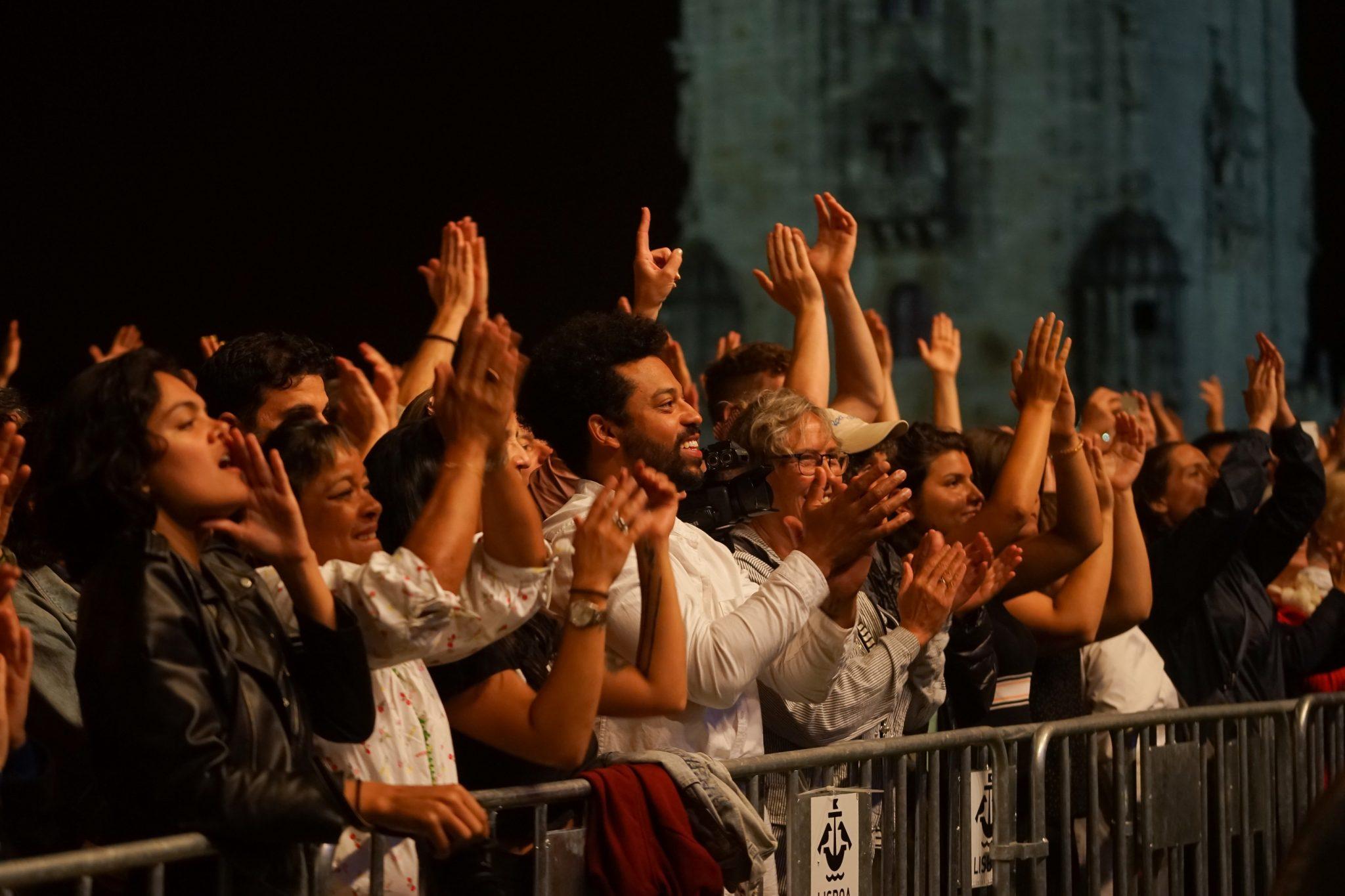 Público sorri e aplaude no final do concerto Revafela 40, com um pormenor da Torre de Belém ao fundo