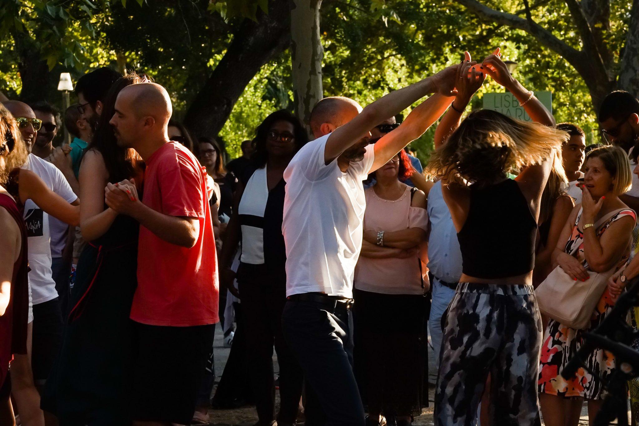 Grupo de pessoas a dançar num jardim