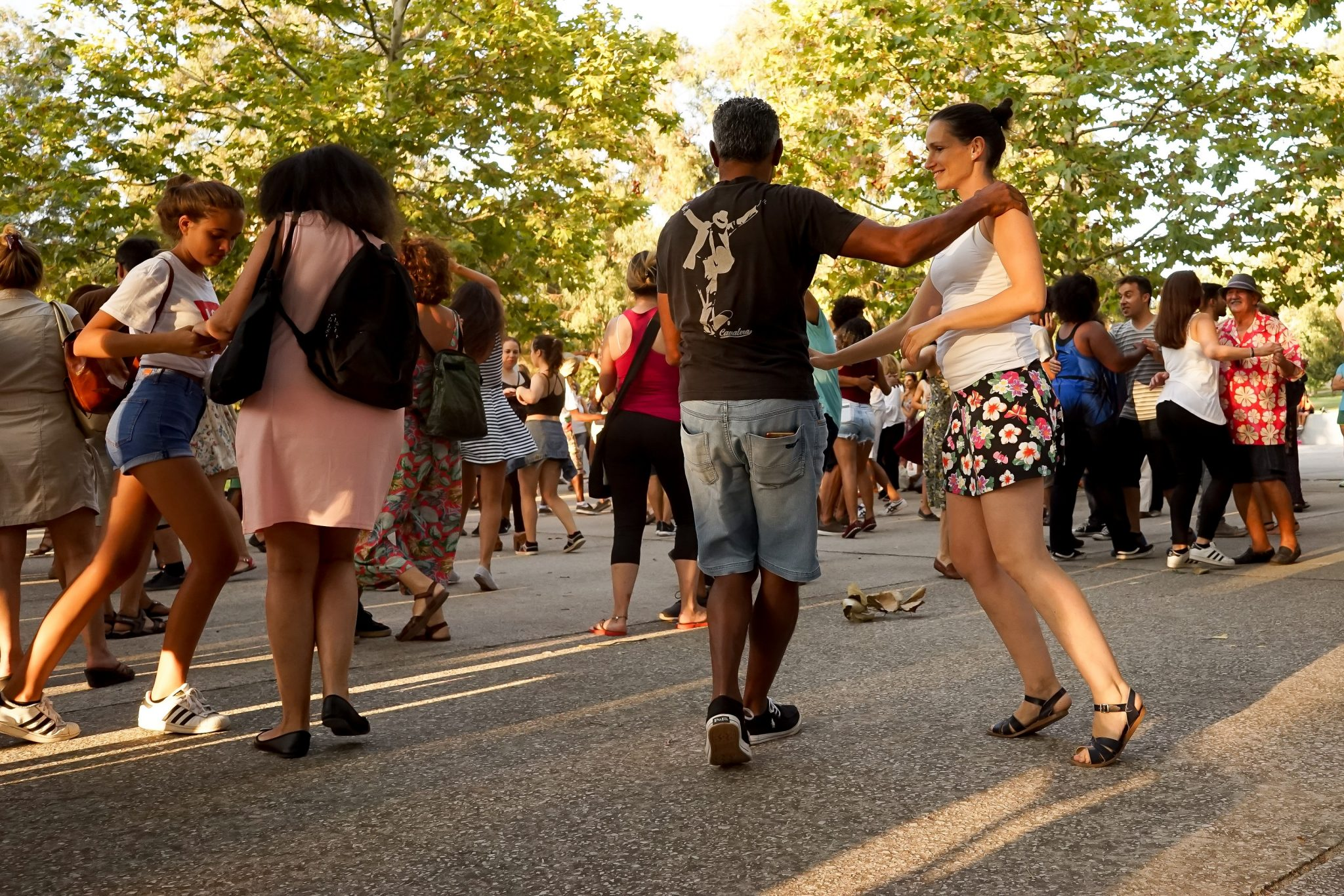 Grupo de pessoas a dançar