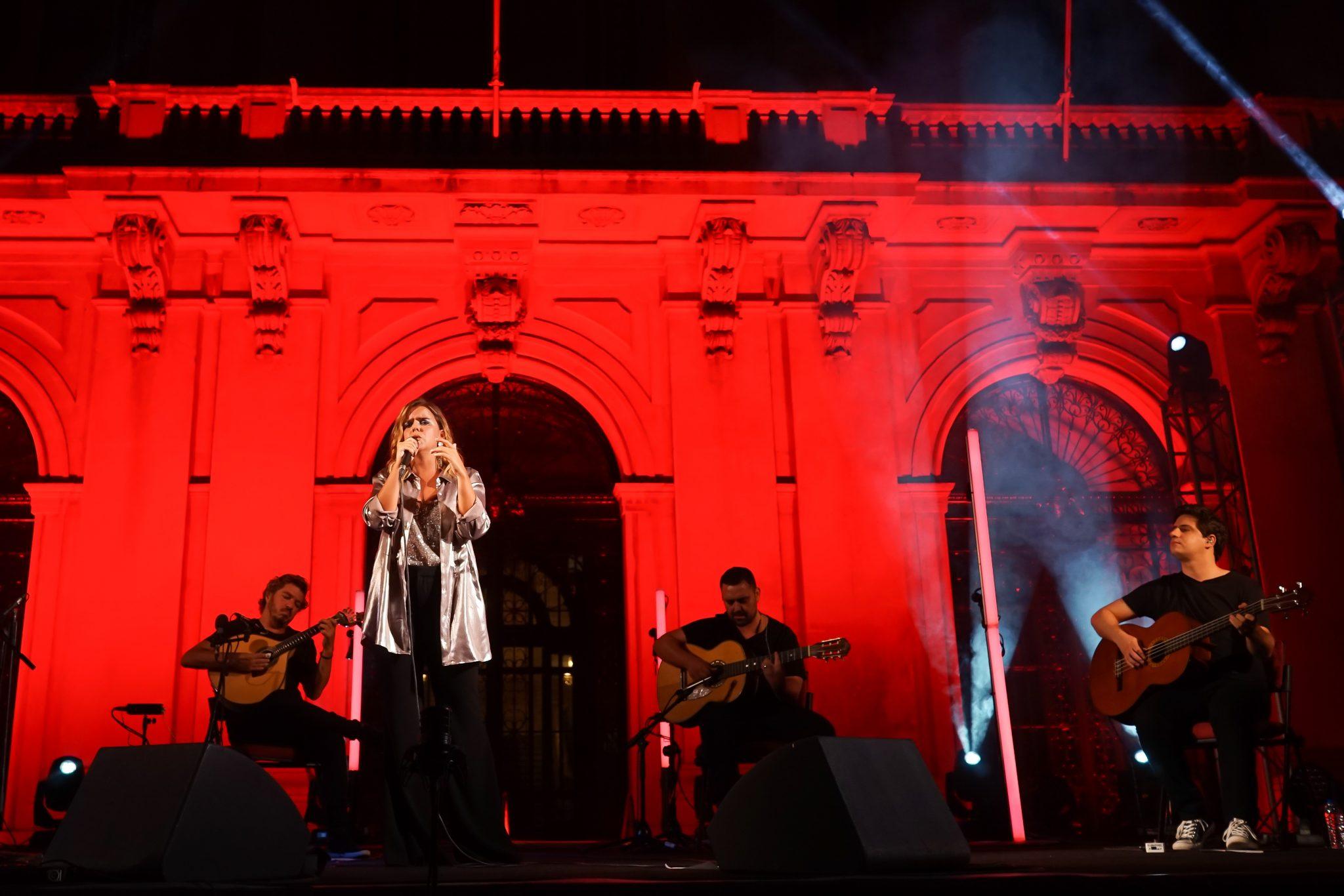 Pormenor do palco, com iluminação em tons de vermelho