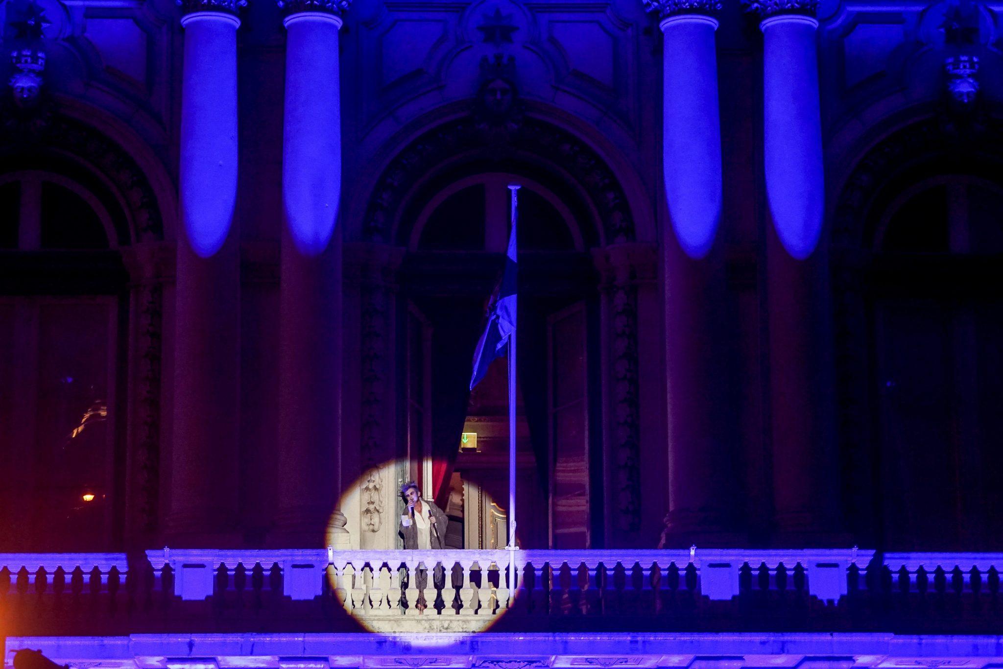 Na varanda dos Paços do Concelho, um foco ilumina o fadista Paulo Bragança