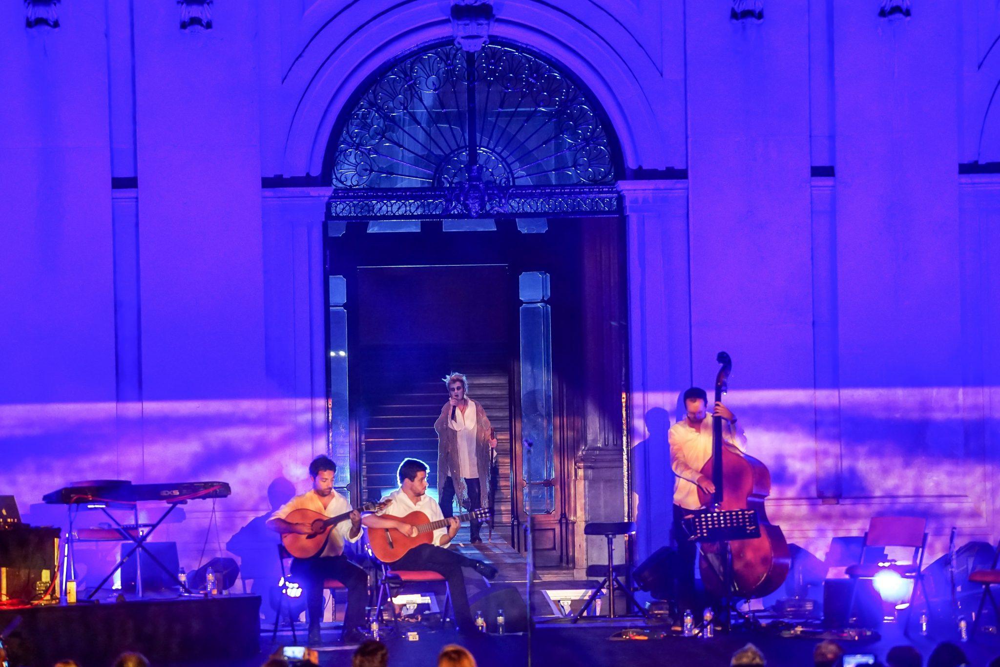 Paulo Bragança com os músicos em palco