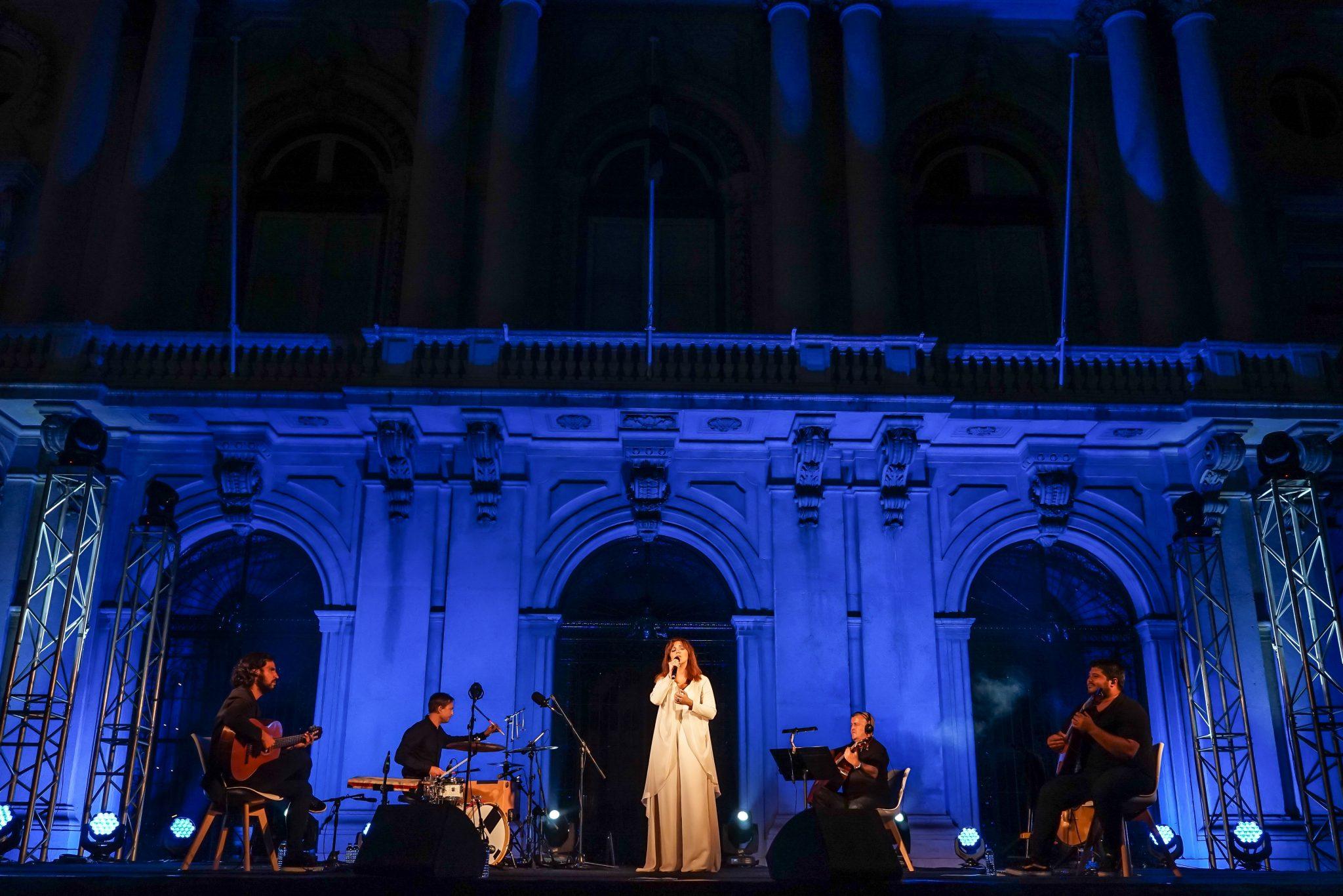 A fadista acompanhada em palco por quatro músicos