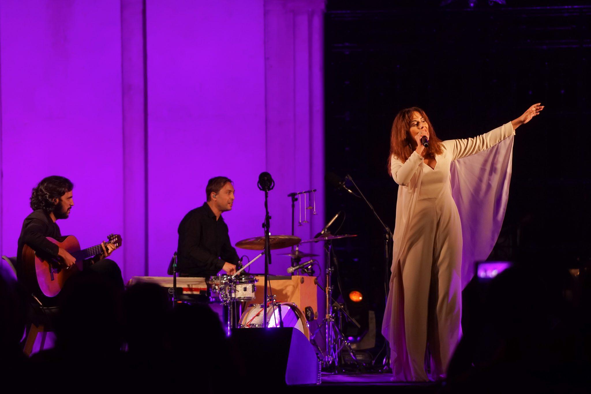 Fadista Sara Correia a cantar acompanhada por dois dos quatro músicos que com ela estiveram em palco