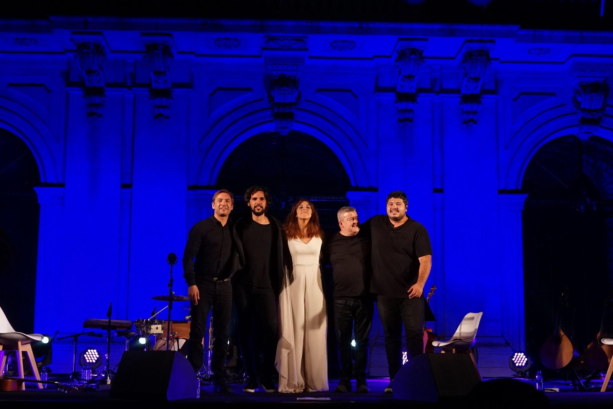 A fadista e os quatro músicos de pé, abraçados, a agradecer no final do espetáculo