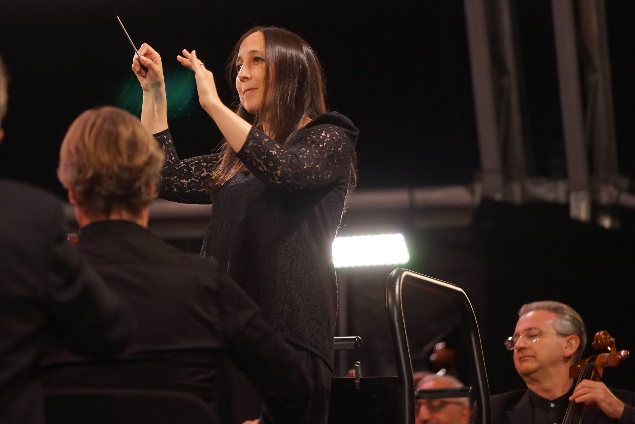 Joana Carneiro dirige os músicos da Orquestra Gulbenkian