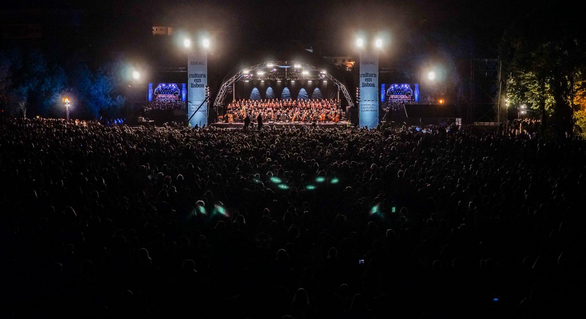 Público de costas para o observador, virado para o palco onde estão os músicos e os cantores do Coro e Orquestra Gulbenkian