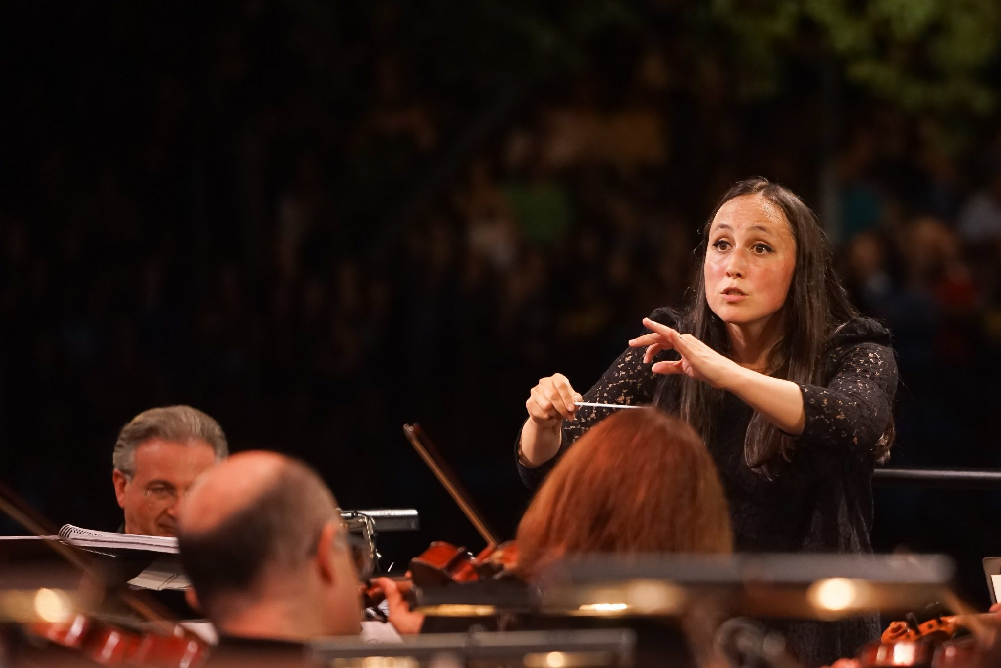 Joana Carneiro a dirigir os músicos da Orquestra Gulbenkian