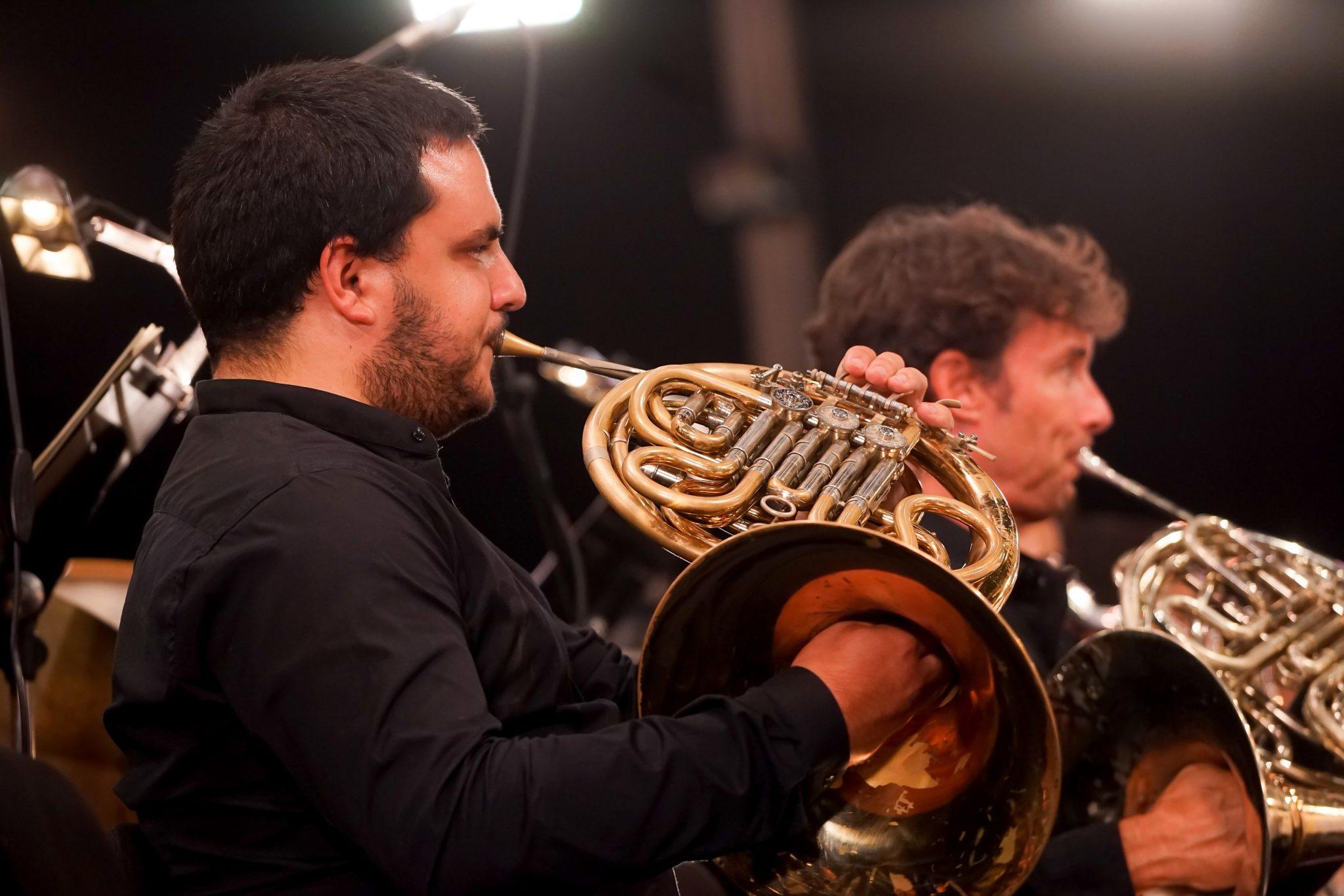 Dois músicos a tocar trompa