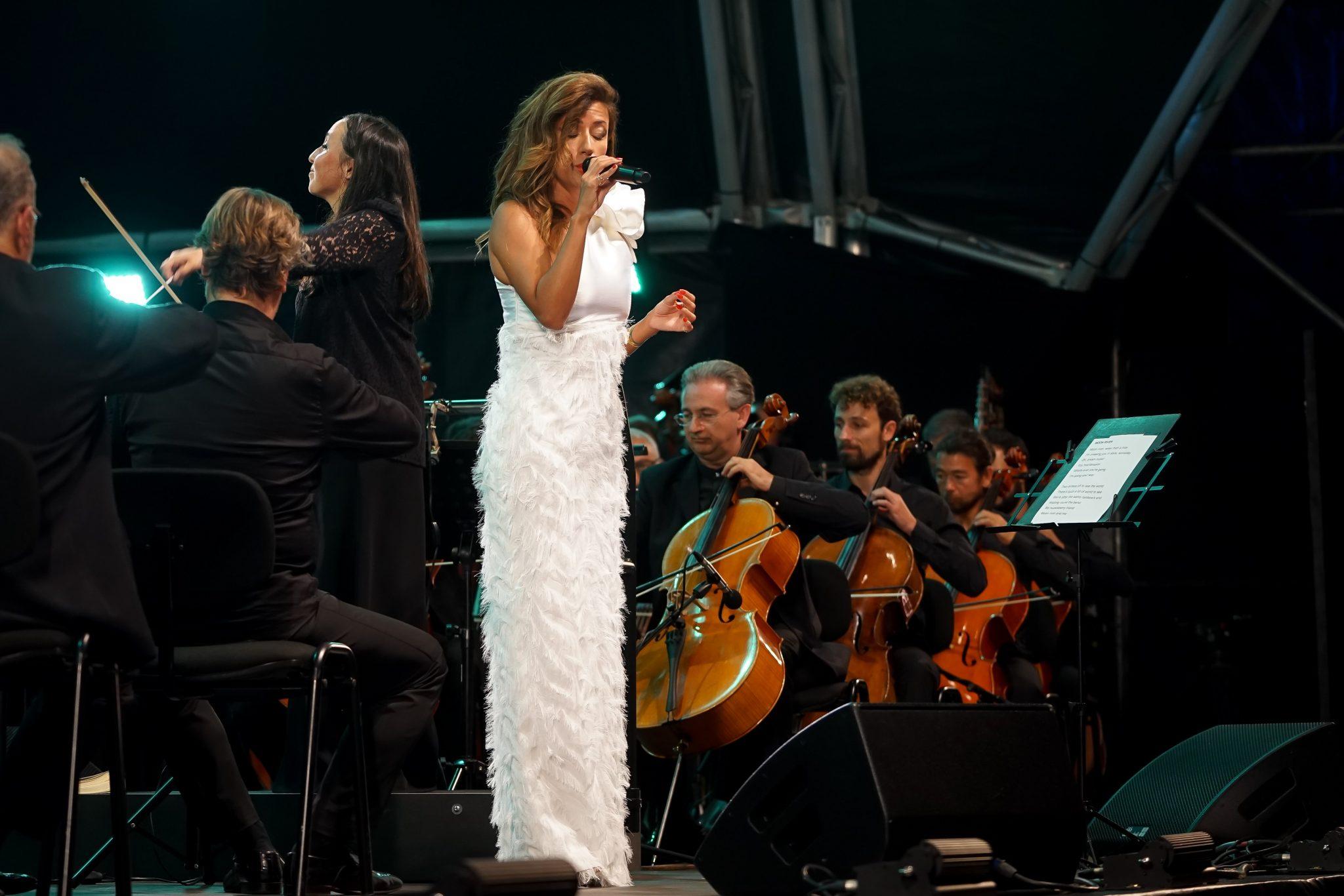 Músicos da Orquestra Gulbenkian dirigidos pela maestrina Joana Carneiro acompanhados pela fadista Ana Moura.