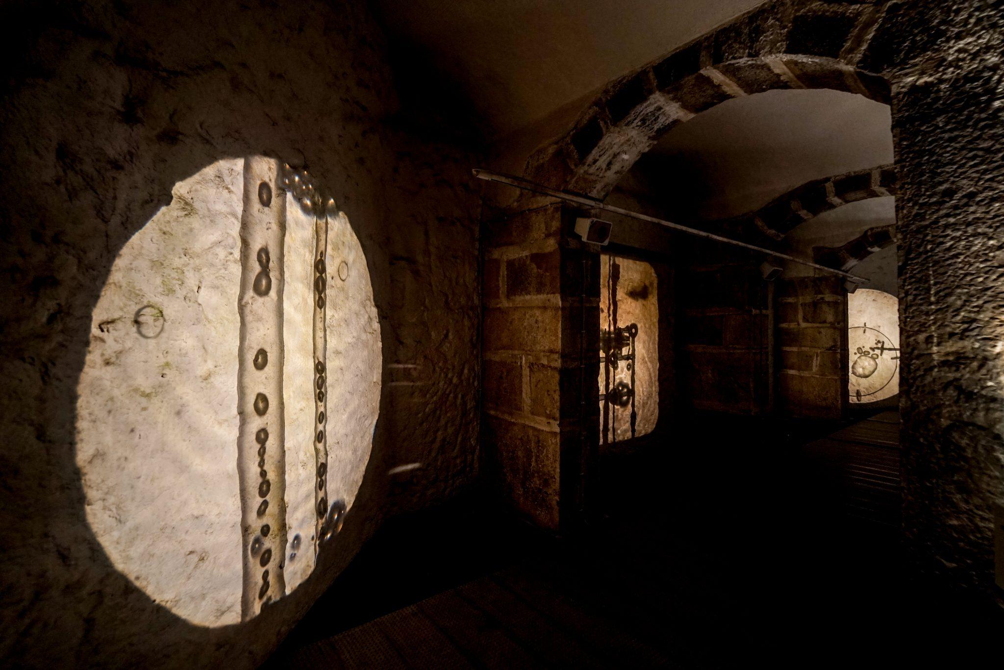 Várias projecções em paredes de pedra de efeitos criados pela água dentro de tubos