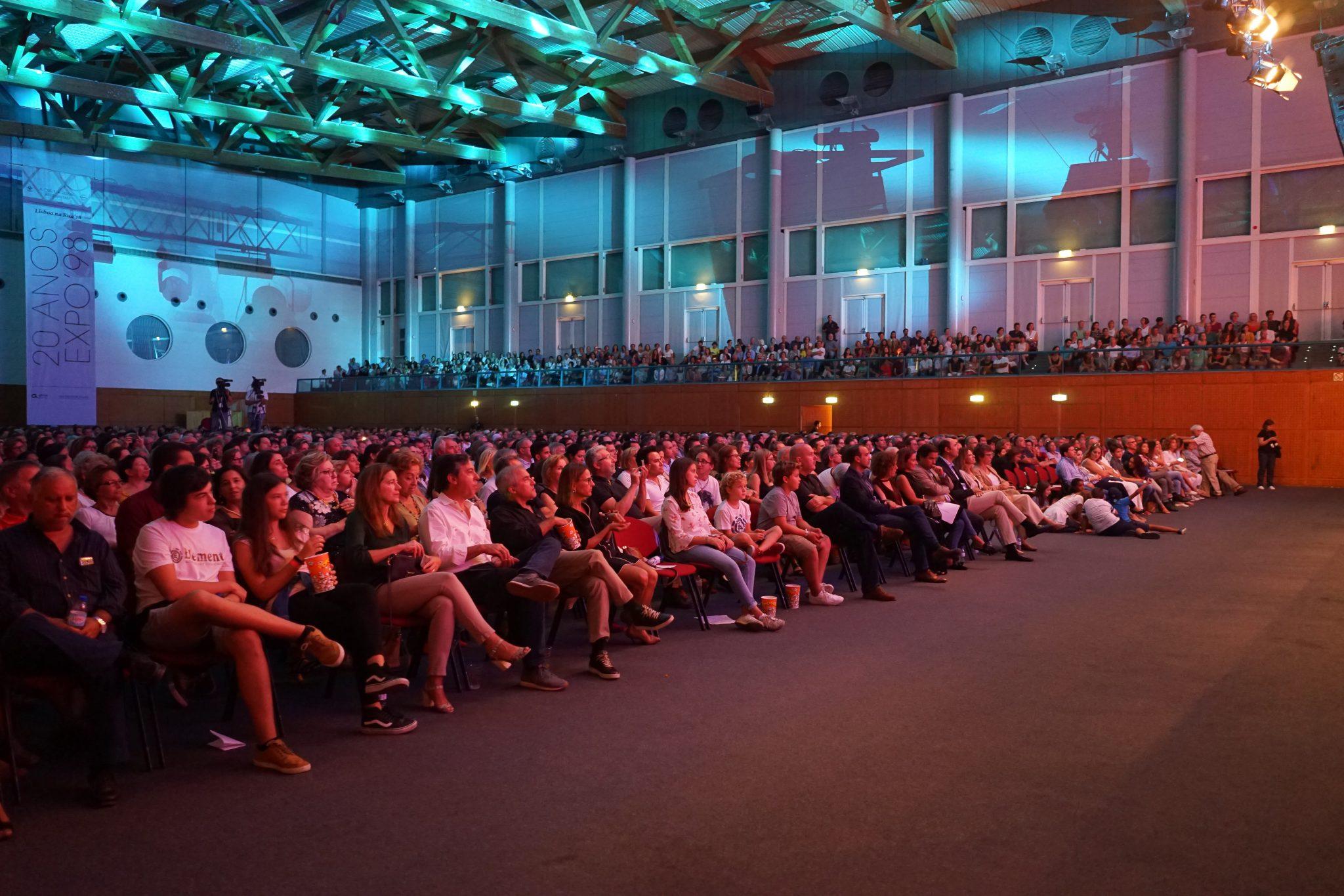 Público sentado durante o concerto