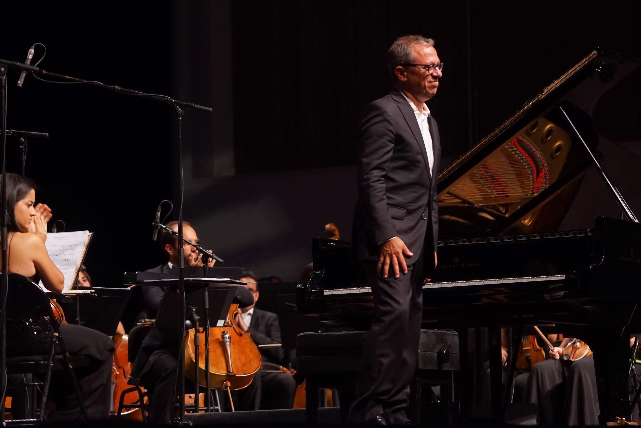 Mário Laginha ao lado do piano a agradecer ao público