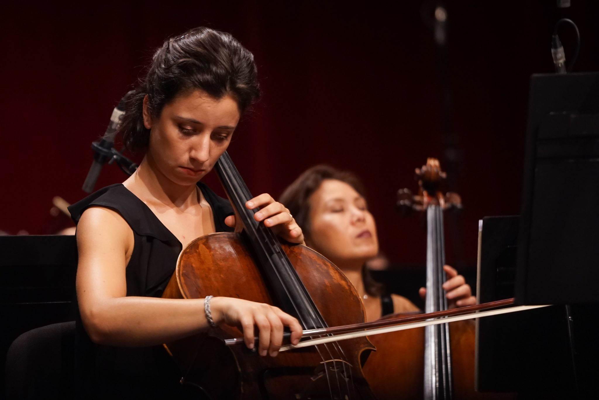 Mulher a tocar violoncelo