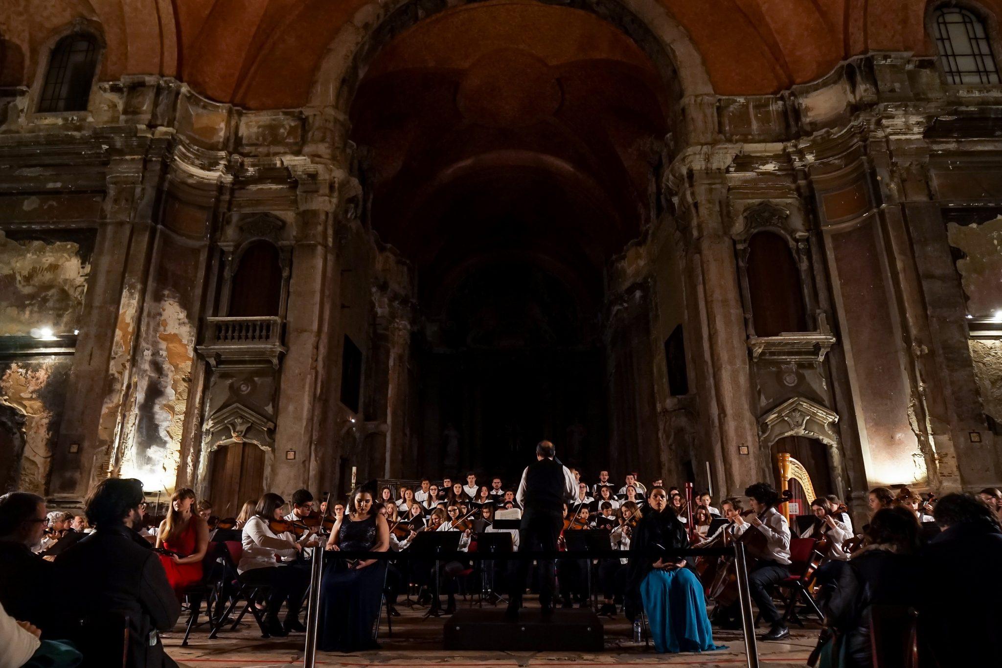 Coro e Orquestra de frente para o observador