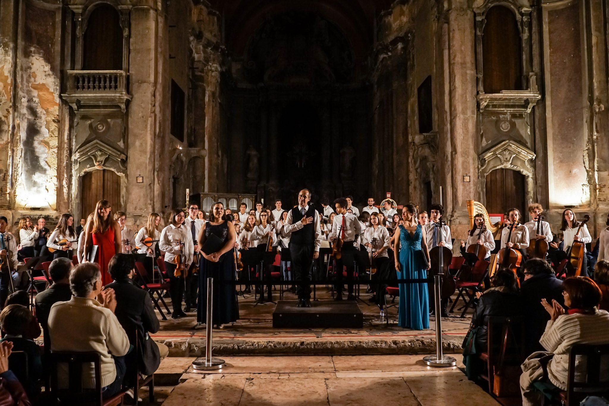 Elementos do Coro e da Orquestra de pé a agradecer ao público