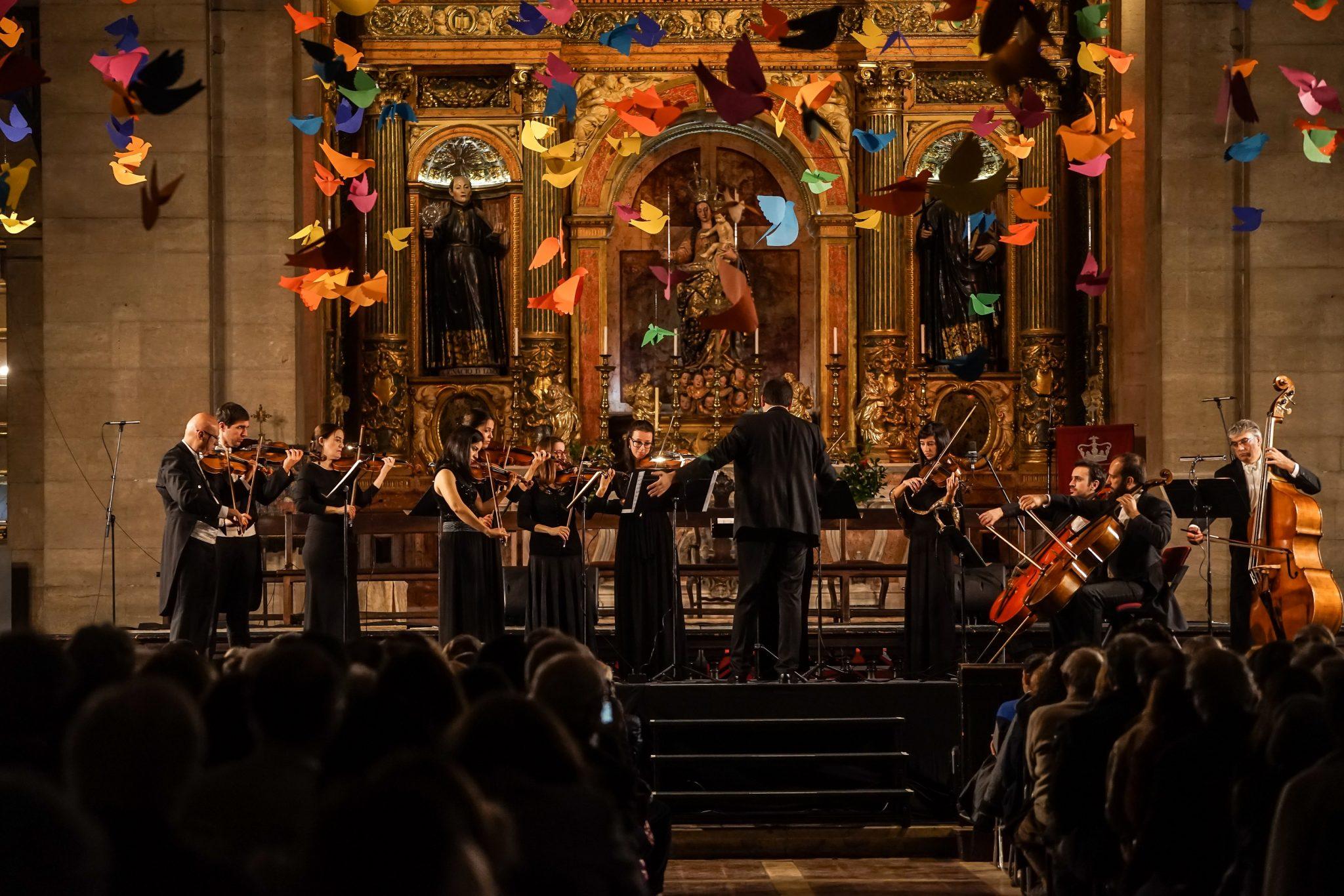 Músicos da Orquestra Orbis em palco na Igreja de São Roque