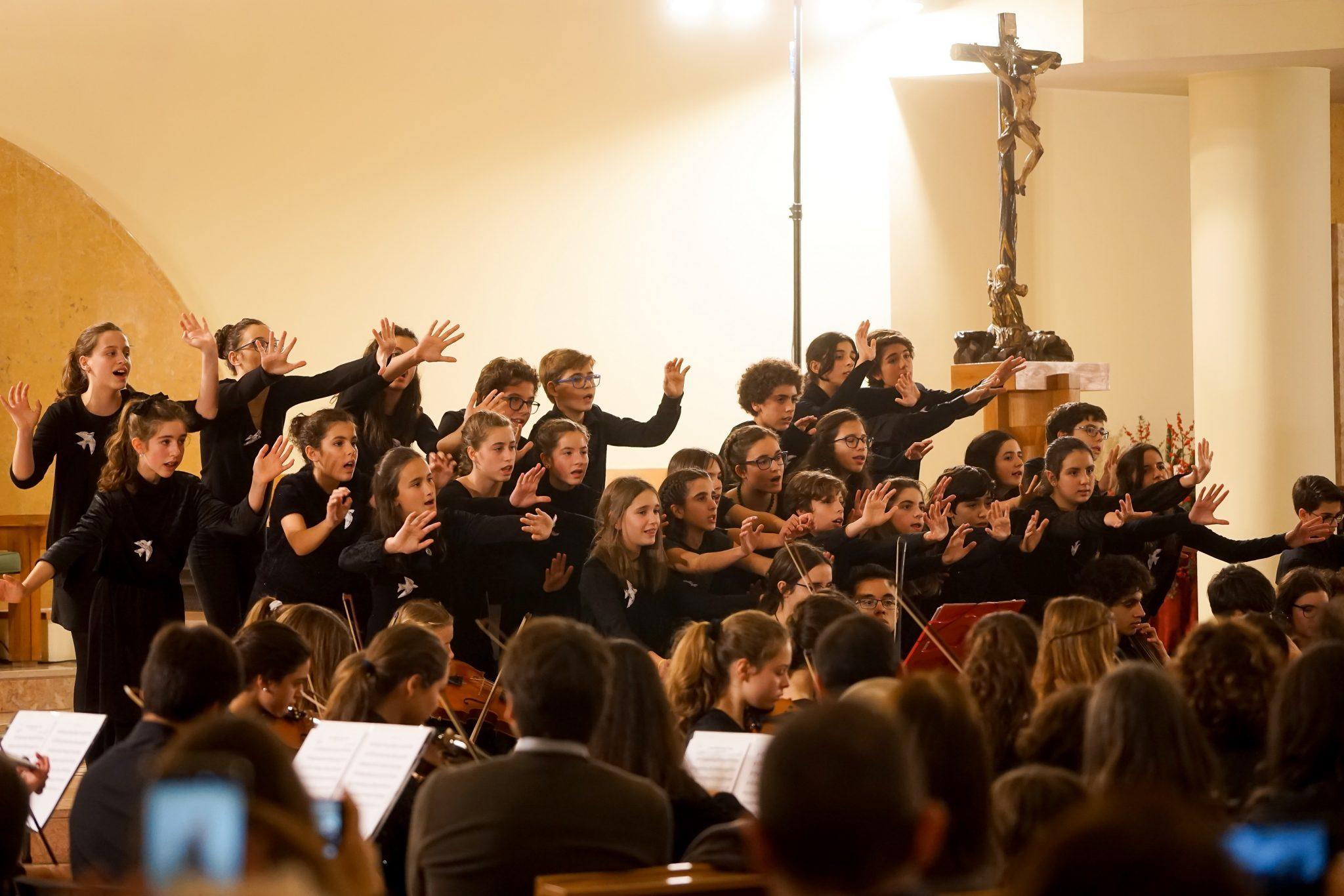 Crianças do Coro ComPasso durante concerto