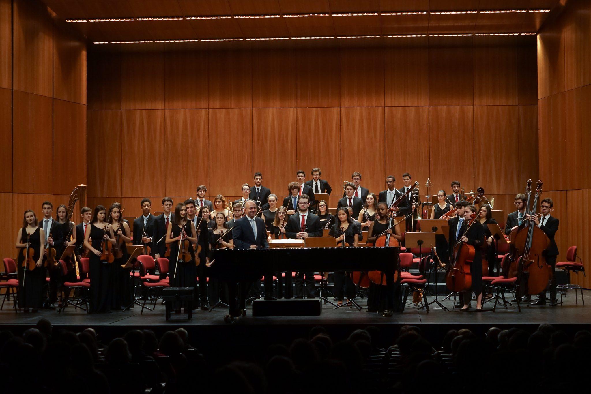 Músicos da Orquestra Clássica Metropolitana no palco da Sala Luis Miguel Cintra, Teatro São Luiz