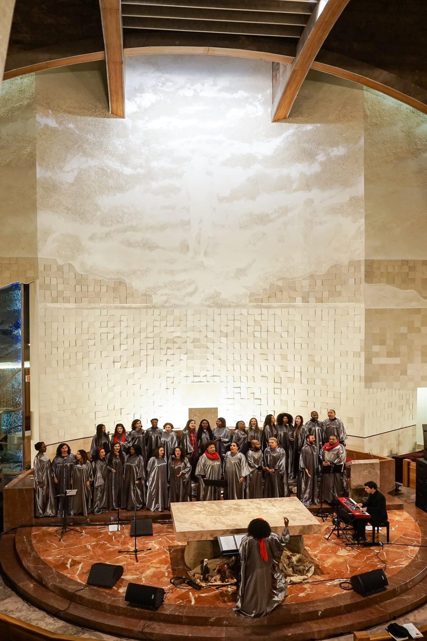 Cantores do Gospel Collective no interior da Igreja dos Navegantes durante actuação